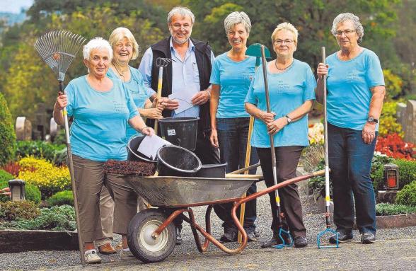 Doris Ebach, Monika Schulte, Anita Quast, Maria Schulte und Karin Oesterhelt kümmern sich seit Jahren ehrenamtlich um die Pflege des Friesenhagener Friedhofs.  Grund genug für den Ortsbürgermeister No