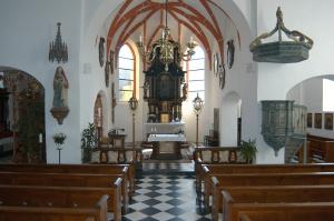 Die Pfarrkirche St. Sebastian Chorraum mit Blick zum Hauptaltar